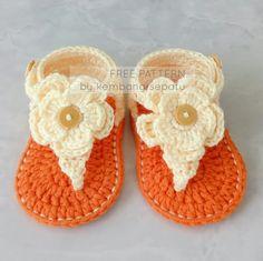 New crochet baby boots free pattern photo props ideas Crochet Sandals Free, Crochet Baby Boots, Crochet Toddler, Crochet Bebe, Newborn Crochet, Crochet Slippers, Crochet For Kids, Diy Crochet, Learn Crochet