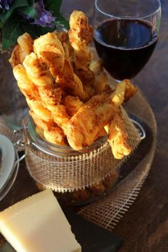 Unsere leckeren Käsegebäck-Stangen passen perfekt zu einem Glas Rotwein. Schemcken aber auch so einfach herrlich.  http://shop.markt-scheune.com/