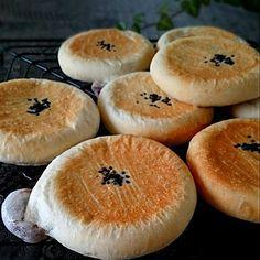 """キッチンから漂う焼きたてのパンの香りって、それだけで幸せになれますよね♡ でもいい匂いにつられて作りたくても、いざ""""発酵◯分""""と言われると途端に「また今度ね…」ってなっちゃう人、いませんか? そんな方にピッタリな時短パンレシピをご紹介しましょう。今回はテレビ番組『あのニュースで得する人損する人』で人気急上昇中のあの人・家事えもん&バタコやんがおすすめしているレシピに迫ります!"""