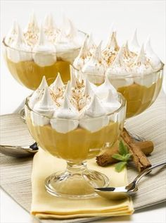suspiro limeño Peruvian Desserts, Peruvian Recipes, Milk Dessert, Dessert Shots, Great Desserts, Delicious Desserts, Bien Tasty, Chilean Recipes, Decadent Cakes