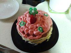 Bizcocho de fresas relleno de fresas con nata con nata y flores de fondant #cumpleaños