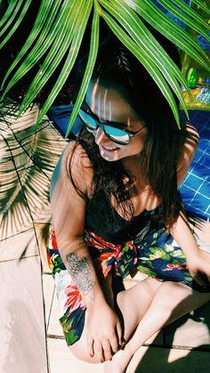 Tatuagem feminina no braço. Tatuagem de flor de lótus. Tatuagem delicada para mulher. Foto com tatuagem na piscina. Fotografia na piscina. Fotos sozinha no verão.  Tattoo lótus flower.