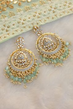 Bridal Jewellery Inspiration, Indian Bridal Jewelry Sets, Indian Jewelry Earrings, Bridal Bangles, Jewelry Design Earrings, Antique Earrings, Wire Jewelry, Gold Jewelry, Antique Jewellery Designs