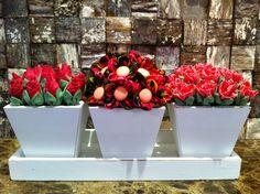 Conjunto de vasos com rosas, botões e margaridas.