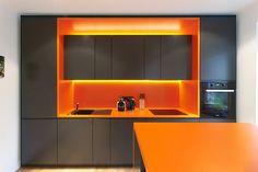 Оранжевые кухни: особенности цветовых комбинаций для энергичных интерьеров http://happymodern.ru/oranzhevye-kuxni-42-foto-dobavlyaem-solnce-i-energiyu-v-interer/ Системы вытяжек, фартуки и фасады с подсветкой станут отличным дополнением к оранжево-черной стилистике кухни