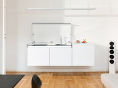 petite cuisine blanche invisible suspendue mini cuisine miniki blanc little kitchen moltodeco Moduler Kitchen, Compact Kitchen, Kitchen Benches, Functional Kitchen, Kitchen Units, Kitchen Modular, Tobias, Minimal Kitchen Design, Interior Design Kitchen