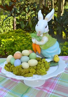 Wonderful Easter Decoration Ideas For Your Inspiration; Easter Table Decoration Ideas With Egg And Bunny; Hoppy Easter, Easter Bunny, Easter Eggs, Ostern Party, Diy Ostern, Easter Table Decorations, Easter Centerpiece, Easter Decor, Outdoor Decorations