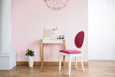 Pink room with column, dressing table and upholstered chair , Make A Closet, Wall Stickers Animals, Makeup Table Vanity, Normal Wallpaper, Stool Covers, Wall Tattoo, Piece A Vivre, Color Rosa, Dressing Table
