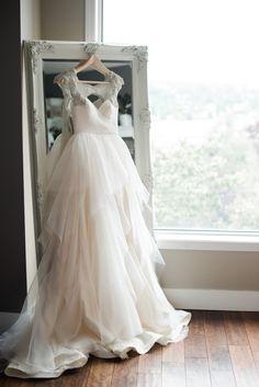 Der Morgen des großen Tages: Ein stimmungsvolles Erinnerungsfoto von dem Hochzeitskleid #Brautkleid #Hochzeit #Hochzeitsfotografie Photography : Christie Graham Photography