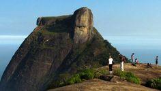 A principal trilha da Pedra da Gávea, que leva ao topo, é toda sinalizada e fica na Barra da Tijuca
