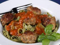 Meatballs mit Nudeln und Tomatensauce  http://einfach-schnell-gesund-kochen.de/meatballs-mit-nudeln-und-tomatensauce/
