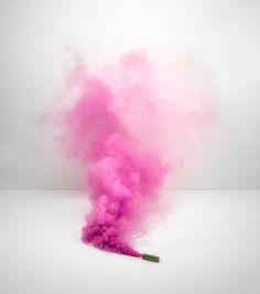 Photographie d'un fumigène de couleur rose/©Alexander Kent
