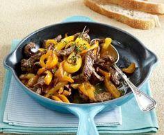 Paprika-Steakpfanne Rezept: oder,Thymian,Knoblauchzehen,Rinderhuftsteaks,Olivenöl,Paprikaschoten,Salz,Pfeffer