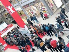 Bildergalerie: Warteschlangen in Berlin - Tagesspiegel Mobil Berlin, Times Square, Travel, Pictures, Waiting, Kunst, Viajes, Destinations, Traveling