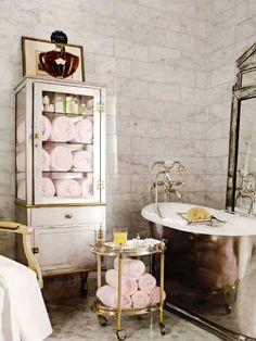 stacked white towels in bar cart Organizing unclutter storage bathroom glam elegant spectacular decoration   +++ decoracion de baño toallas elegante clasico en vitrina cristal lujo