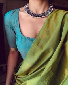 How To Style Your Boring Sarees With Chic Accessories! Saree Blouse Neck Designs, Saree Blouse Patterns, Trendy Sarees, Stylish Sarees, Saree Jackets, Saree Jewellery, Modern Saree, Saree Trends, Saree Models