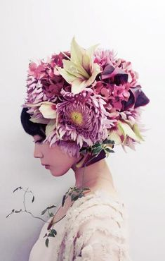 Japanese floral artist Takaya-Hanayuishi first started out in the world of cooking. Then in takaya began working as an artist in Kyoto Using only fresh flowers, inventing his unique technique of 'hairdressing' and now designs floral creations for we Flower Headdress, Fancy Hats, Flower Quotes, Flower Fashion, Corsage, Flower Crown, Fashion Photo, Her Hair, Beautiful Flowers