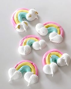 Try making these this St. Patrick's Day ☘ and adding a dash of Gold Tinker Dust®! Cake Decorating Piping, Cake Decorating Videos, Cake Decorating Techniques, Cookie Decorating, Rainbow Baking, Rainbow Food, Rainbow Desserts, Rainbow Treats, Cake Rainbow