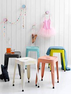 Äußerst charmant sind die Metallhocker von kidsdepot...eckige Sitzfläche, 4 Beine, 4 Farben und im used look lackiert.