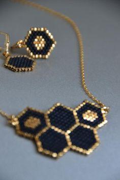 Honeycomb necklace, minimalist jewelry, peyote jewelry, black colored jewelry Nid dabeilles d. Trendy Jewelry, Diy Jewelry, Jewelery, Handmade Jewelry, Jewelry Design, Fashion Jewelry, Jewelry Making, Black Jewelry, Silver Jewelry