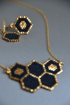 Honeycomb necklace, minimalist jewelry, peyote jewelry, black colored jewelry Nid dabeilles d. Trendy Jewelry, Diy Jewelry, Jewelery, Handmade Jewelry, Jewelry Design, Jewelry Making, Black Jewelry, Silver Jewelry, Silver Rings