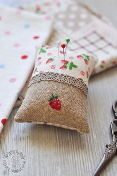 little gift idea Fabric Crafts, Sewing Crafts, Sewing Projects, Sewing Hacks, Sewing Tutorials, Strawberry Crafts, Diy Accessoires, Cross Stitch Finishing, Needle Book
