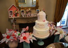 ... e a mesa do bolo, ao centro da sala, para a qual criámos forminhas de tecido exclusivas, com haste e com a forma de lírios, seguindo o tema e as cores da festa.