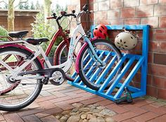 Store the family's bicycles neatly with this colourful stand. Bicycle Storage Shed, Outdoor Bike Storage, Bike Shed, Outside Bike Storage, Pallet Bike Racks, Diy Bike Rack, Bike Parking Rack, Garage Velo, Arte Pallet