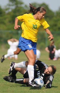 Il #Calcio delle #Donne. Calcio femminile: i benefici per la forma fisica e l'umore. Il calcio non è più una disciplina riservata soltanto agli uomini. Il popolare gioco di squadra fa bene al fisico femminile e ha effetti positivi sulla psiche. http://www.ilsitodelledonne.it/?p=17274