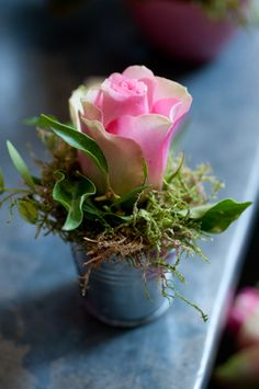 single rose OR annual flower planted in a tiny bucket OR tiny red clay pot.at each place setting (with a larger version as centerpiece) Deco Floral, Arte Floral, Floral Design, Floral Centerpieces, Floral Arrangements, Masquerade Centerpieces, Centerpiece Wedding, Centrepieces, Pretty Flowers
