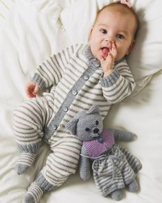 Knitting Patterns Boy Baby overall. Knittingroom - sticka och virka Modell Overall mm This Pin was discovered by Pat overalls and striped socks Knitting Patterns Boys, Baby Boy Knitting, Knitting For Kids, Baby Patterns, Baby Cardigan, Baby Pullover, Knitted Baby Clothes, Knitted Romper, Vestidos Bebe Crochet