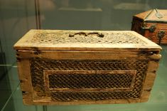 Casket made of oak panels nailed together by iron nails dating of around 1300. Carved linden inlays. St. Thomas guild - medieval woodworking, furniture and other crafts: Kölner Minnekästchen