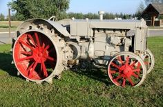 Vintage tractor. This could be some Fordson. Not sure, though.