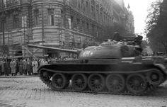Szent István körút - Falk Miksa (Néphadsereg) utca sarok, T-54 típusú harckocsi. A szovjet csapatok ideiglenes kivonulása 1956. október 31-én. Utca, Hungary, Budapest, Military Vehicles, Tanks, Revolution, Steel, Army Vehicles, Shelled