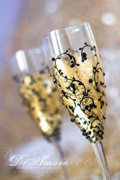 Black & Gold weddingChampagne flutes from the от DiAmoreDS на Etsy Wedding Wine Glasses, Diy Wine Glasses, Decorated Wine Glasses, Wedding Champagne Flutes, Hand Painted Wine Glasses, Champagne Glasses, Shot Glasses, Wine Glass Crafts, Recycled Glass Bottles