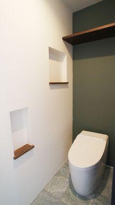 トイレにはニッチと棚を造作。 トイレは何かと置くものが多いのでニッチは2か所。 好きに飾り付けていただけます♪ #ビンテージテイスト#ニッチ#造作棚#トイレ#子育てママ#注文住宅#マイホーム#新築#インテリア#住宅#モデルハウス#家#平屋#建築#家づくり#照明#マイホーム計画#myhome#タイル #ママスペース #一戸建て#デザイン#暮らし#自由設計#施工事例#住まい#home#くらし#おうち#広島県 Small Toilet Room, Natural Interior, House Plans, New Homes, House Design, Interior Design, Bathroom, Decoration, Home Decor