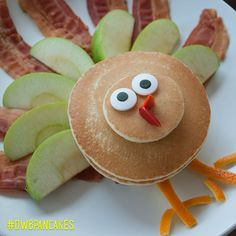Who's ready for Turkey Day?! Have fun with food this Thanksgiving and make this adorable pancake turkey with the kids – for breakfast or as a snack to tide everyone over until the feast!