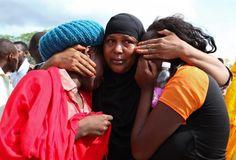 Trauer und Fassungslosigkeit: Einen Tag nach dem Terroranschlag auf die Universität von Garissa herrscht in Kenia tiefe Trauer. Mindestens vier maskierte Männer hatten die Hochschule im Südosten des Landes Donnerstag früh gestürmt und anschließend fast 16 Stunden lang belagert. Mehr Bilder des Tages auf: http://www.nachrichten.at/nachrichten/bilder_des_tages/ (Bild: epa)