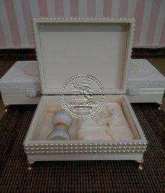 Tudo em Caixas - Caixas em MDF e Tecido (67)3211-7767: Caixas Casamento - Mães(0013PER) com Porta-jóias em tecido(0001TC), Toalha personaliz...
