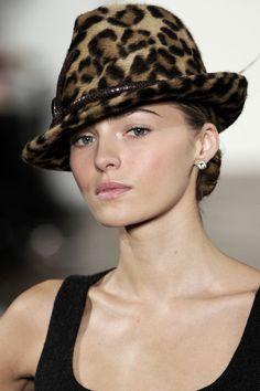 Leopard hat - ✯ http://www.pinterest.com/PinFantasy/moda-~-sombreros-y-tocados-hats-headgear-hair/