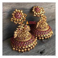 13 Unique Jhumka Designs You Can't Afford To Miss! earrings 13 Unique Jhumka Designs You Can't Afford To Miss! Gold Jhumka Earrings, Indian Jewelry Earrings, Jewelry Design Earrings, Gold Earrings Designs, Antique Earrings, Necklace Designs, Pearl Jhumkas, New Gold Jewellery Designs, Jewelry Necklaces