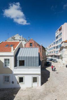 Private housing in Lisbon (Portugal)  Architect: Humberto Conde, Copyright: Joao Morgado - Architecture Photography   Techniques: VMZ Standing seam – VMZ Joint Debout, Aspect: QUARTZ-ZINC:registered: -   #Portugal #QuartzZinc #QUARTZZINC #Architecture #PrivateHousing #Zinc #VMZINC #Roofing #ProjectOfTheDay