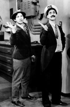 """Harpo y Groucho Marx en """"Pistoleros de agua dulce"""", 1931"""