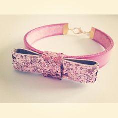 #Pulsera fucsia con lazo de purpurina rosa Se puede comprar en : eltallerdemir@hotmail.com http://eltallerdemir.over-blog.es