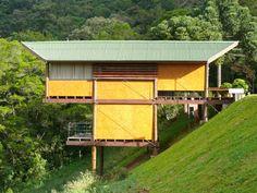 Brazilian House on Stilts is a Beautiful Low-Impact Retreat - samira Hut House, Cliff House, Alvar Aalto, Hillside House, House On Stilts, Tropical Houses, Japanese House, Green Building, Prefab