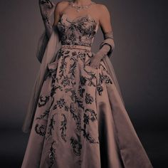 Royal Dresses, Ball Gown Dresses, Evening Dresses, Prom Dresses, Ball Gowns Fantasy, Fantasy Dress, Pretty Dresses, Beautiful Dresses, Elegant Dresses