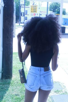 && THE AWARDS FOR THE BIGGEST AFRO, GOES TO THIS BEAUTY !! #NATURALISBEAUTIFUL
