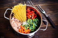 Ein perfektes Rezept für die ganze Familie. Alle Zutaten in einen Topf - 20 Minuten auf den Herd und fertig ist eine feine Hendl Pasta mit leckerem Gemüse.