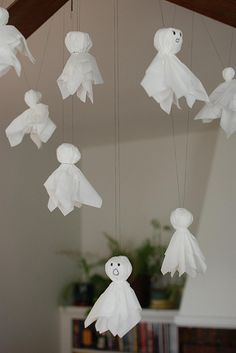Kleenex ghosts (easy, cheap Halloween craft) why is it we forget about the old easy crafts/decorations?: Kleenex ghosts (easy, cheap Halloween craft) why is it we forget about the old easy crafts/decorations? Moldes Halloween, Soirée Halloween, Manualidades Halloween, Halloween Crafts For Kids, Halloween Birthday, Holidays Halloween, Holiday Crafts, Preschool Halloween, Summer Crafts