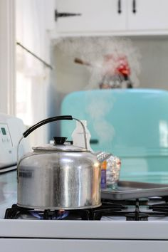 How To Clean Silver With Aluminum Foil & Baking Soda Baking Powder Uses, Baking Soda Uses, What Is Baking, Baking Soda Cleaner, Baking Soda Health, Clean Sterling Silver, How To Clean Silver, Chemical Free Cleaning, Odor Remover